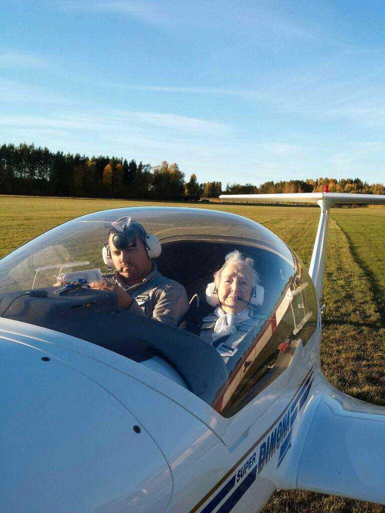 Piloten Jerry Olsson tog med sig Svea på en halvtimmes flygtur över bland annat barndomshemmet.