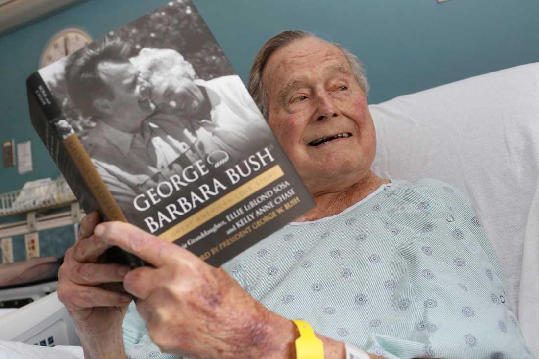 George Bush i sjuksängen i en bild från i somras.