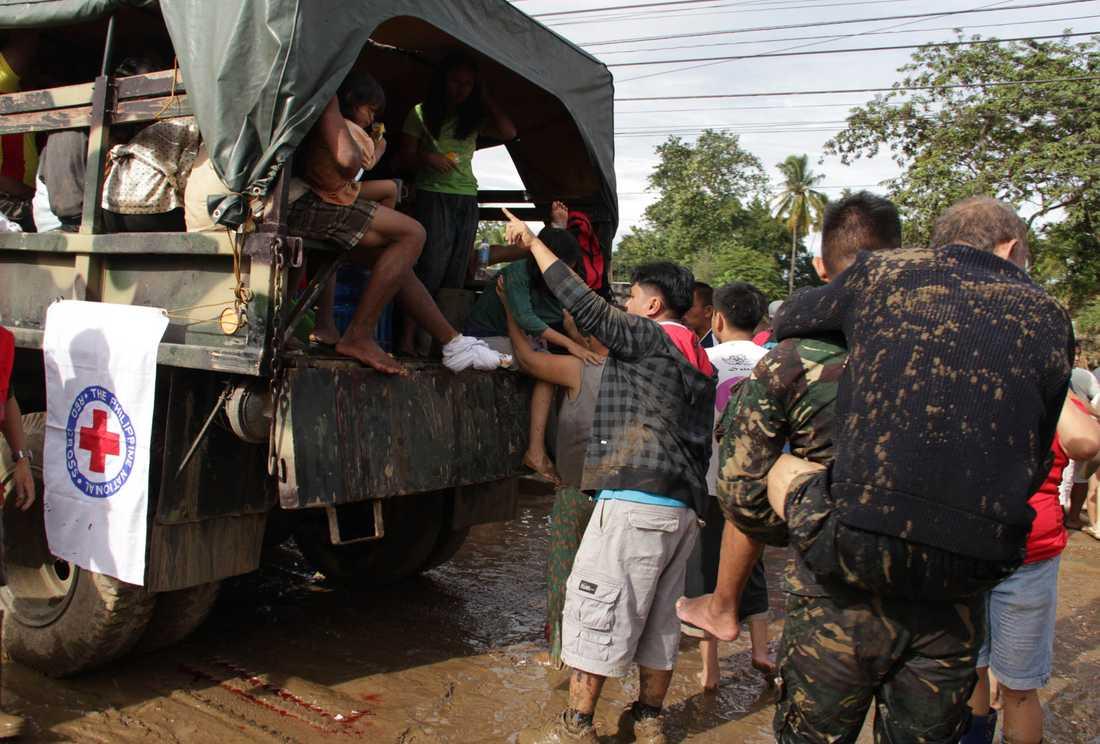 Människor blir evakuerade av militären.