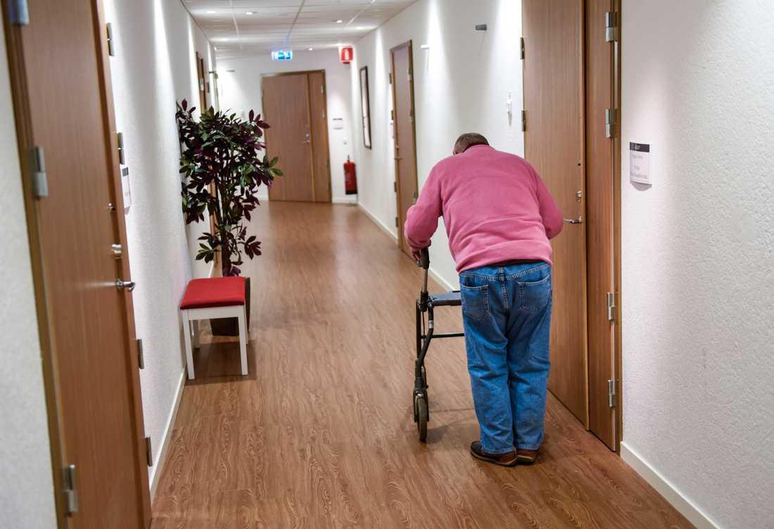 De äldre fler och sjukare, vilket kommer att kräva att många fler jobbar inom äldreomsorgen. Men det är svårt att rekrytera och behålla personal. Bilden är från äldreboendet La Casa i Hägersten i Stockholm.