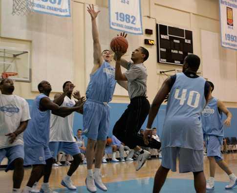 Här spelar Obama med North Carolina, ett av collegebasketens bästa lag.