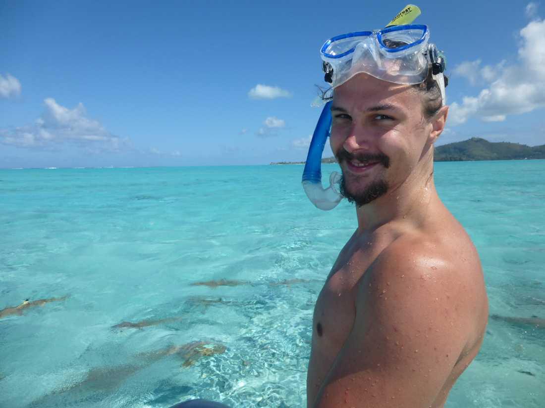 Erik är livrädd för hajar. Men på bröllopsresan i Bora Bora vågade han sig för första och sista gången ute i havet och snorklade – med just hajar.
