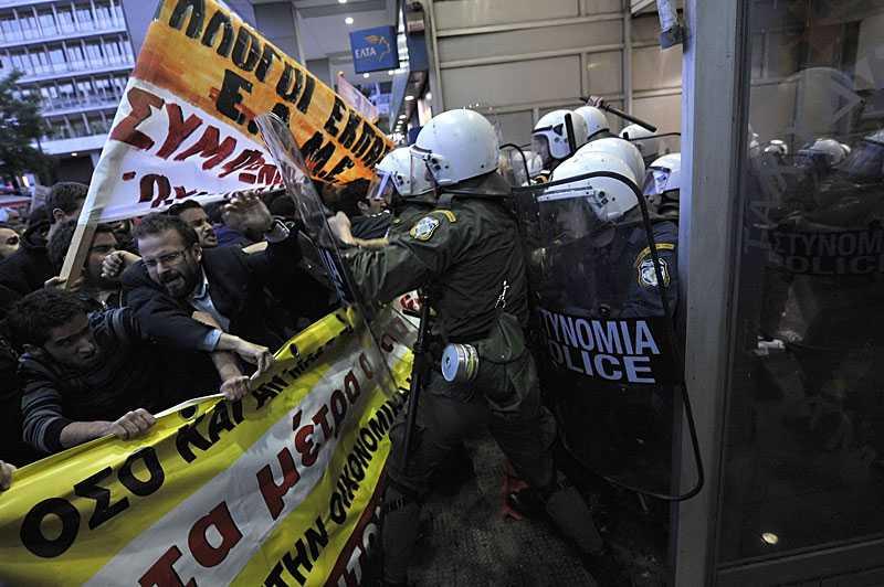 VILDA DEMONSTRATIONER Kravallpoliser hade i går stora problem att stoppa demonstranter utanför finansministeriet i Aten. Grekland har skulder på över 300 miljarder euro och befolkningen är ursinnig över regeringens tuffa åtstramningspaket.