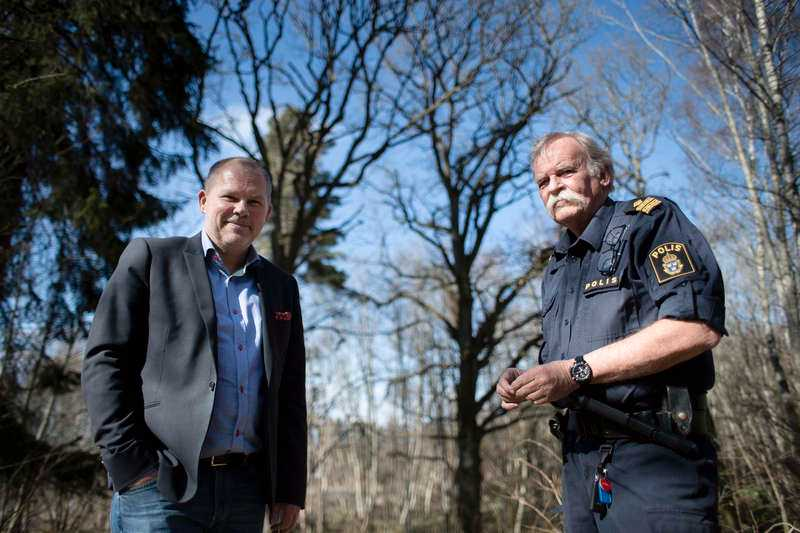 """Skådeplatsen """"Jag har aldrig varit med om något liknande och jag har ändå varit polis i 46 och ett halvt år"""", säger polisens talesman Lasse Johansson. Tillsammans med Thomas Bergholm, chef för kommunens tekniska kontor, visar han skogspartiet utanför Jönköping där folk brukar samlas för att ha sex med okända."""