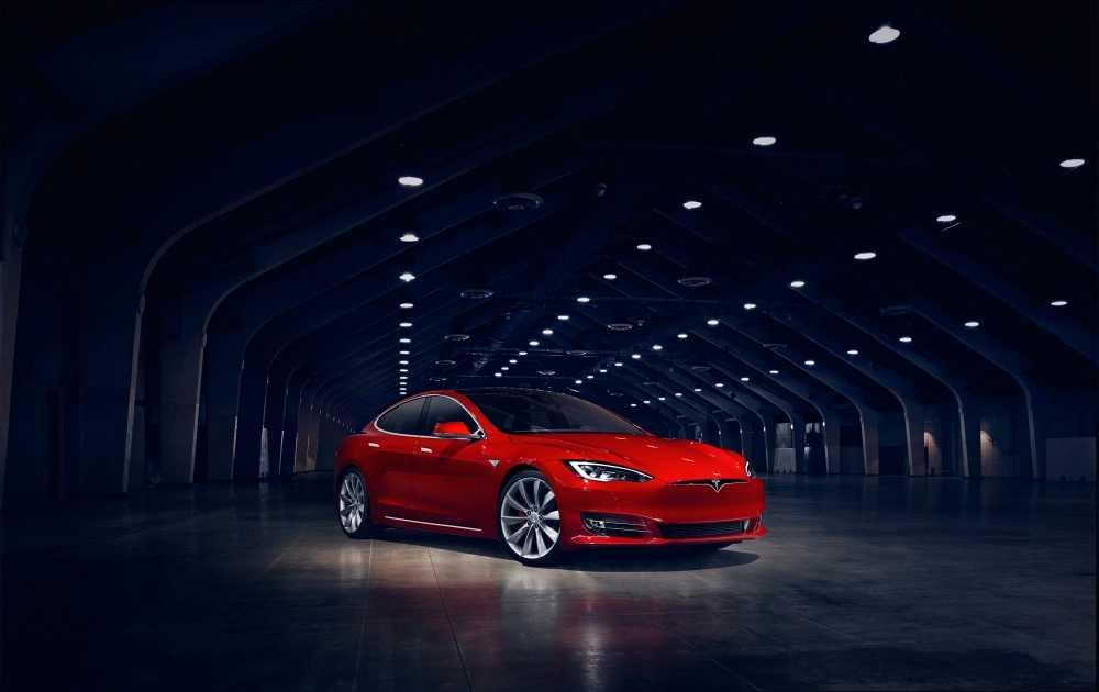 """Tesla Model S – som precis har fått ett """"grillöst"""" ansiktslyft."""