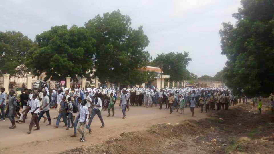 Gymnasieelever demonstrerar i sudanesiska al-Damazin i protest mot måndagens dödsskjutningar.