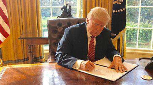 Donald Trump signerar det nya inreseförbudet.
