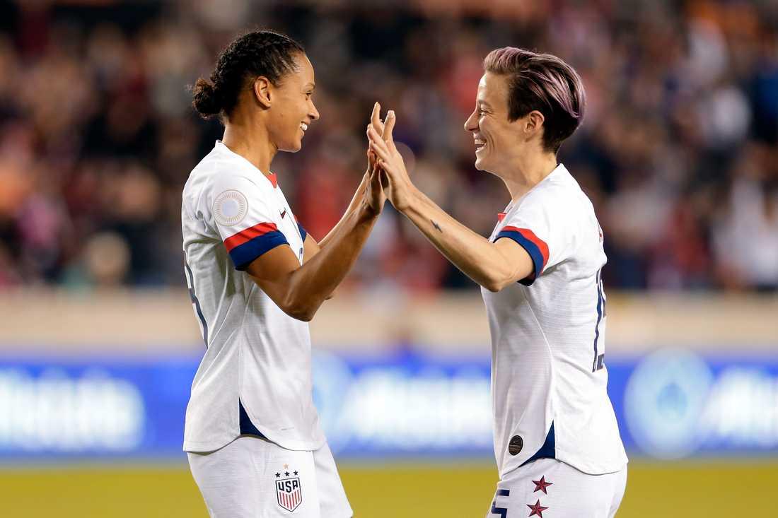 USA:s damlandslag, här anfallarna Lynn Williams (vänster) och Megan Rapinoe (höger) i en match mot Panama i januari, får inte lägre ekonomisk ersättning än de amerikanska herrspelarna, enligt en domstol i Los Angeles.