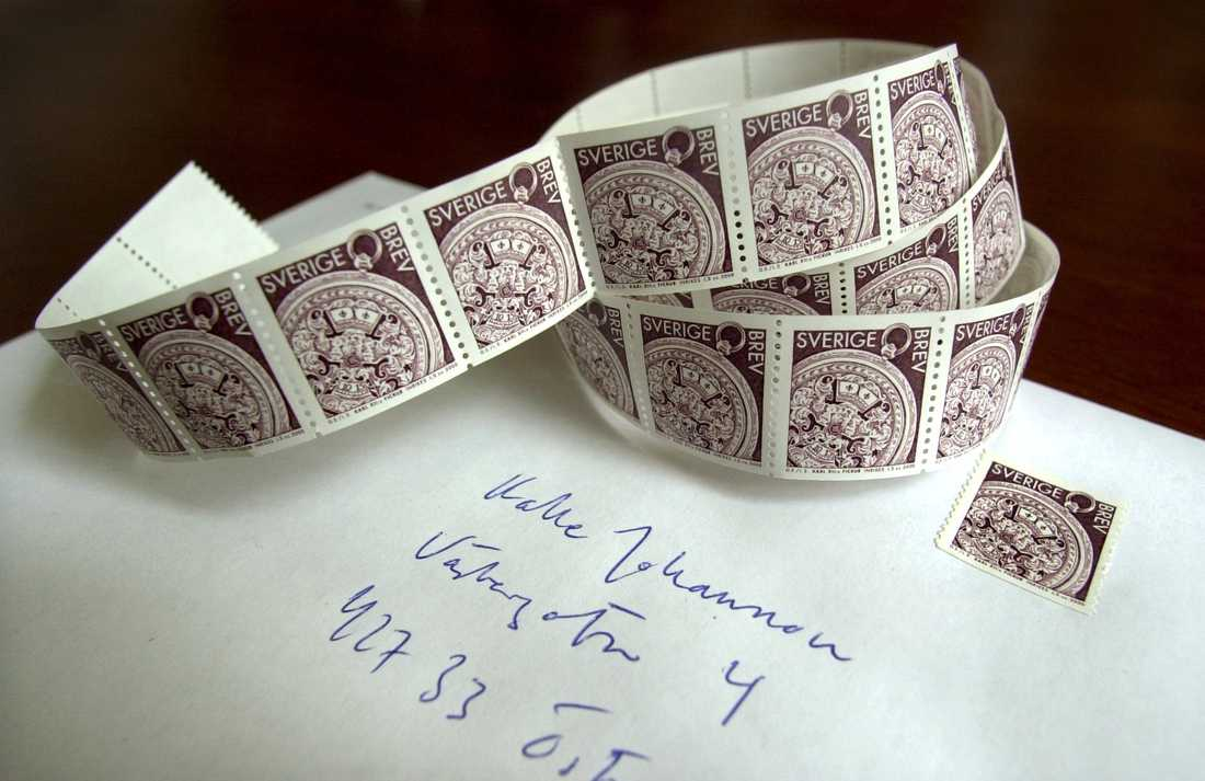 En guldgruva – eller bara ett vanligt frimärke? För att värdera ett frimärke kan man läsa särskilda värderingskataloger, som finns att låna på biblioteken. Arkivbild.