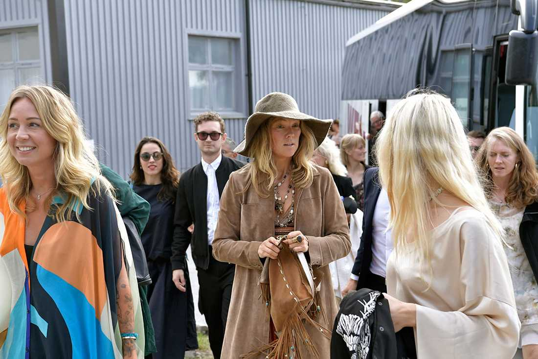 """Artisten Meja anländer till bröllopet. """"Det känns jättebra"""", säger hon till Aftonbladet."""