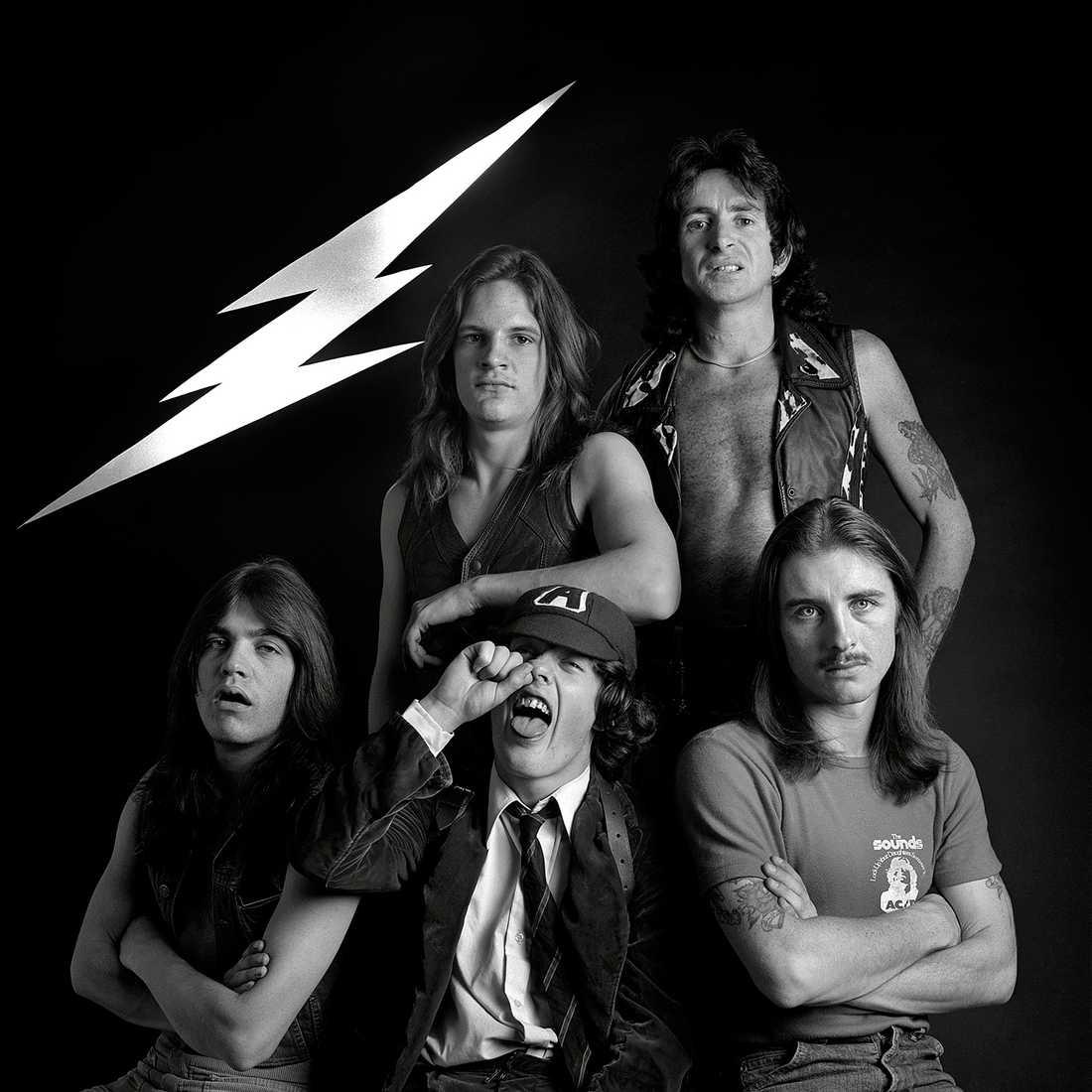 AC/DC 1976: Malcolm Young, Mark Evans, Angus Young, Bon Scott och Phil Rudd.