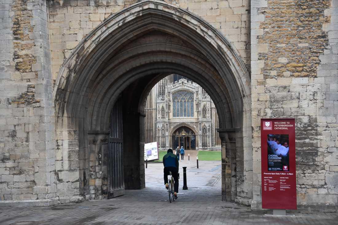 Katedralen i Peterborough är stadens främsta sevärdhet. Här vilar fortfarande Henrik VIII:s första hustru, Katarina av Aragonien (1485–1536), och ett tag låg här även den skotska drottningen Maria Stuart (1542–1587) – men hennes begravningsplats har flyttats till London.