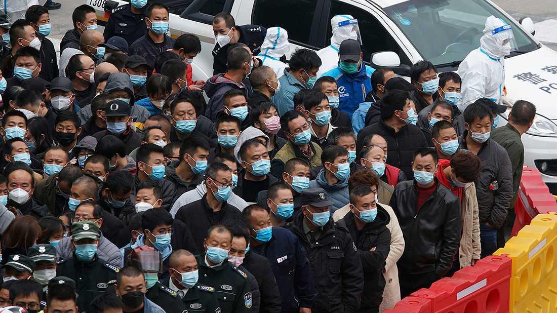 TUSENTALS FÖRSÖKTE FLY Två smittade på flygplatsen i Shanghai betydde att 17000 skulle testas – men tusentals försökte då fly undan.