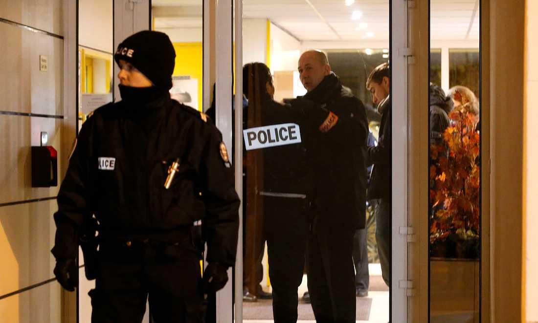 Fransk polis hittade ett bombbälte - i närheten av den plats den jagade terroristens mobiltelefon tidigare har hittats.