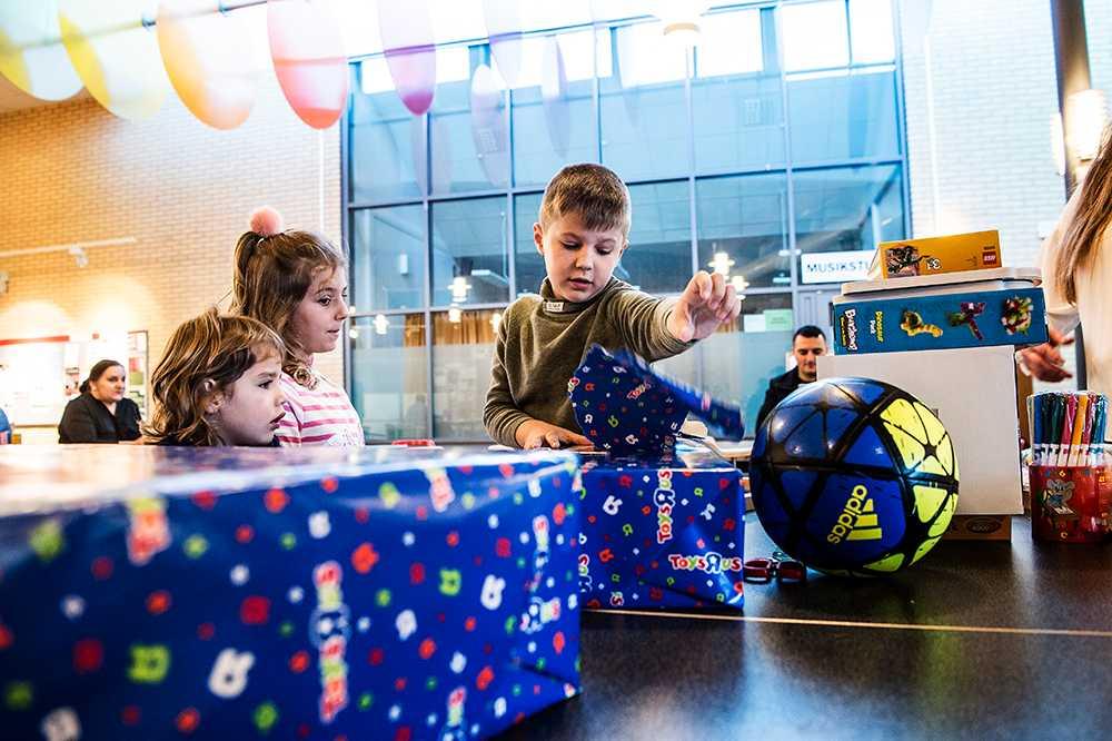 Överraskningsfest för Denis, 6, som får stanna i Sverige.