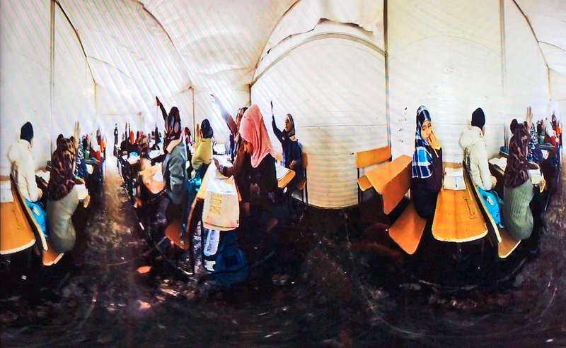 """Virtual-realityfilmen """"Clouds over Sidra"""" följer en flicka i ett flyktingläger. Bilden är förvrängd eftersom filmen är gjord för att visas i 360 grader. Till vänster VR-pionjären Palmer Luckey i """"Time""""."""