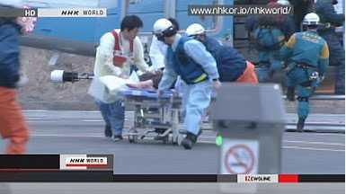 Räddade. Bilder visade de två räddas i helikopter och föras till ett röda kors-sjukhus i Ishinomaki.
