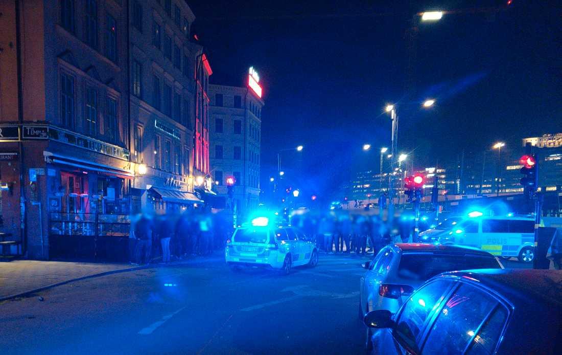 Ett hundratal personer var inblandade i ett bråk i centrala Stockholm natten mot måndag.
