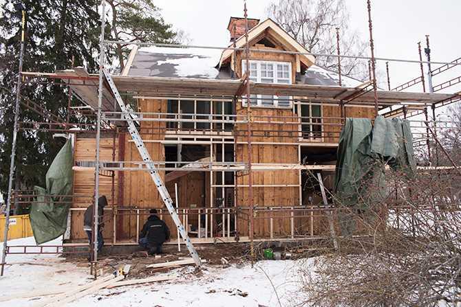 Ny fasadpanel kommer på plats.