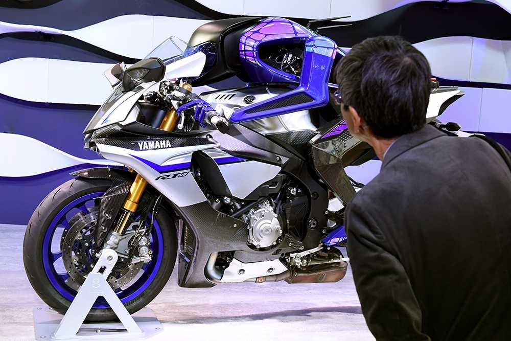 Yamaha har nya idéer i den elektriska motorcykelbranschen. Överraskade bland annat besökarna med en robot som på egen hand kör motorcykeln.