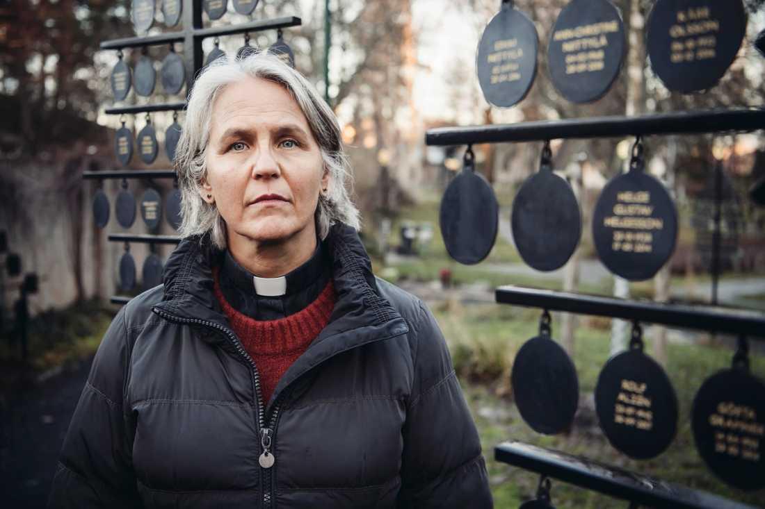 """""""Begravning med urna har blivit ett nytt sätt att lösa vår tids problem med att hinna med"""", säger Birgitta Söderberg, församlingsherde i Huddinge församling. Här vid Tomtberga kyrkogårds askgravlund i Huddinge."""