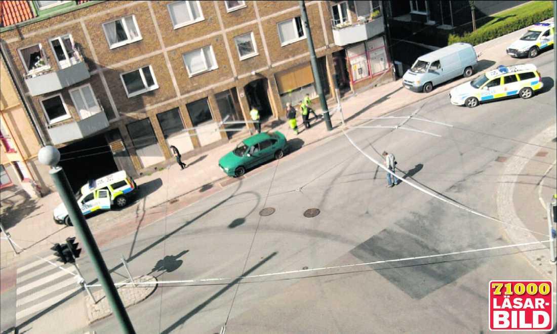 """FICK FÖSAS UNDAN Fastighetsskötaren Sven Persson försökte tillsammans med andra tillskyndande att hålla kvinnan vid liv när 50-åringen återvände till brottsplatsen för att skrika åt sin döende hustru. """"Vi föste undan honom. Då bad han om en cigarett och sedan väntade han på att polisen skulle komma."""""""
