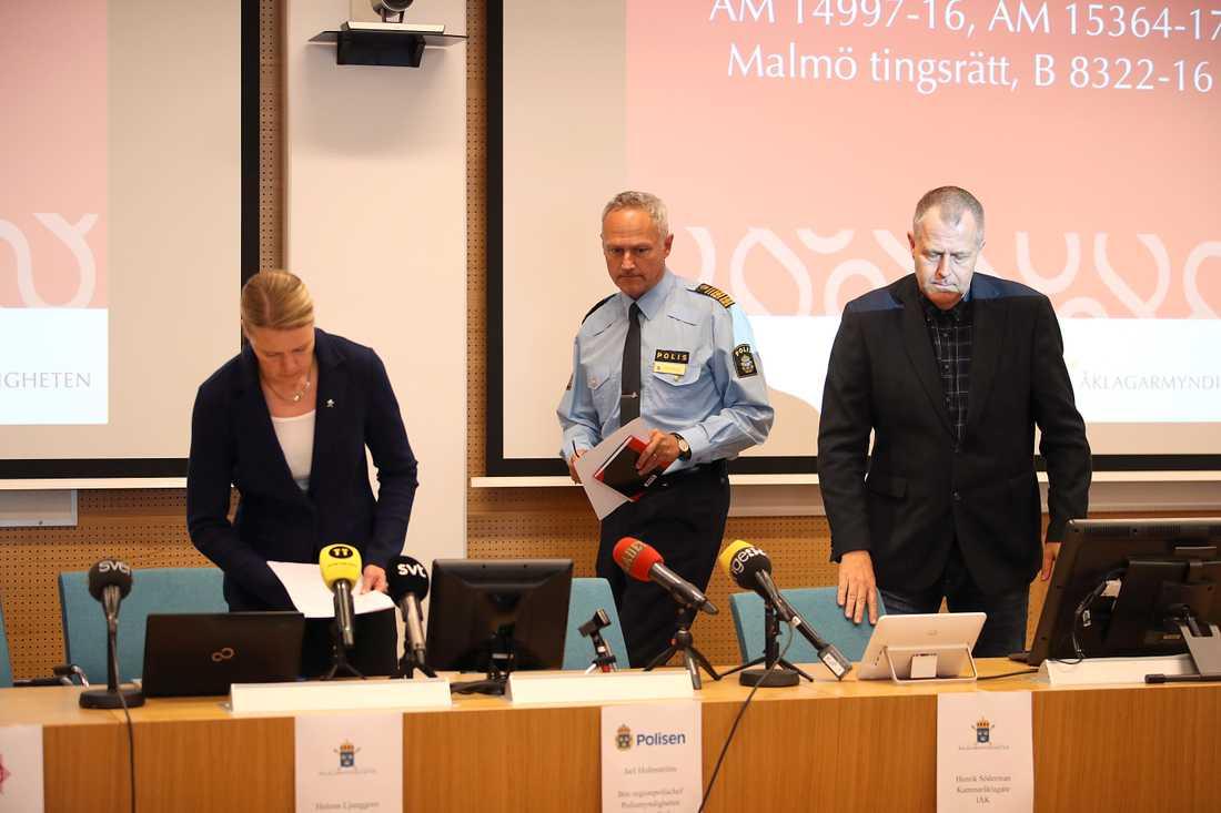 Kammaråklagare Helena Ljunggren,  Jarl Holmström, biträdande regionpolischef och kammaråklagare Henrik Sönderman under presskonferens i samband med att åtal väcks mot totalt åtta personer misstänkta för bland annat grova bedrägerier, grova dataintrång, grovt häleri, grovt penningtvättbrott och grov urkundsförfalskning.