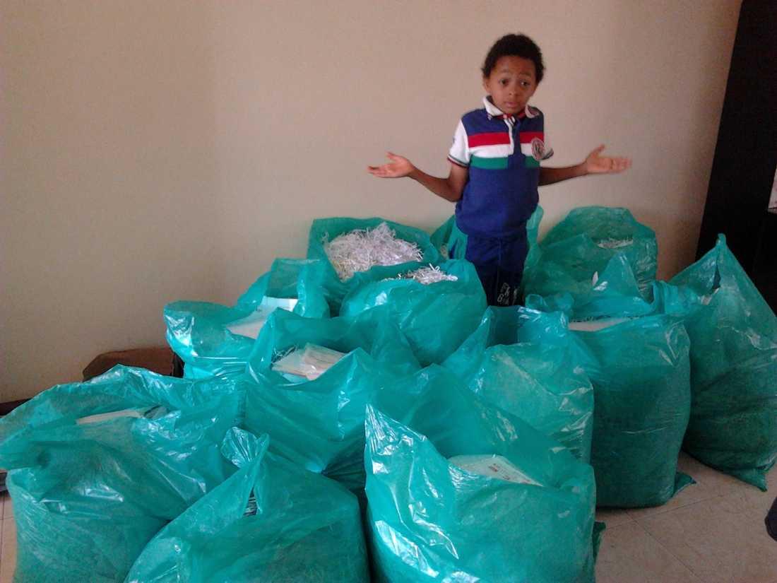 I Nairobi samlade Luca in papper som såldes för återvinning. Pengarna gick till att köpa böcker till skolor.