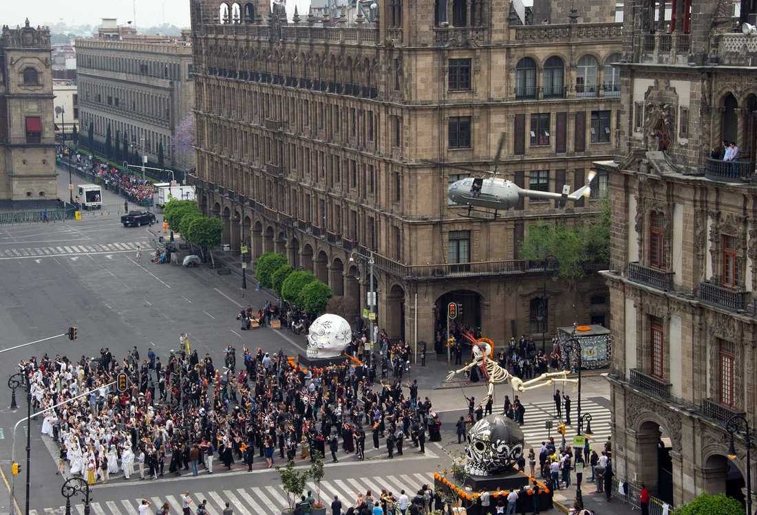 """Inspelningen av den actionladdade inledningen av """"Spectre"""" gjordes på Plaza de la Constitucion i Mexico City."""