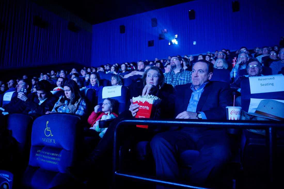 """Mike Huckabee tillbringar sista kvällen före valet genom att se filmen """"God's not dead 2"""" på bio."""