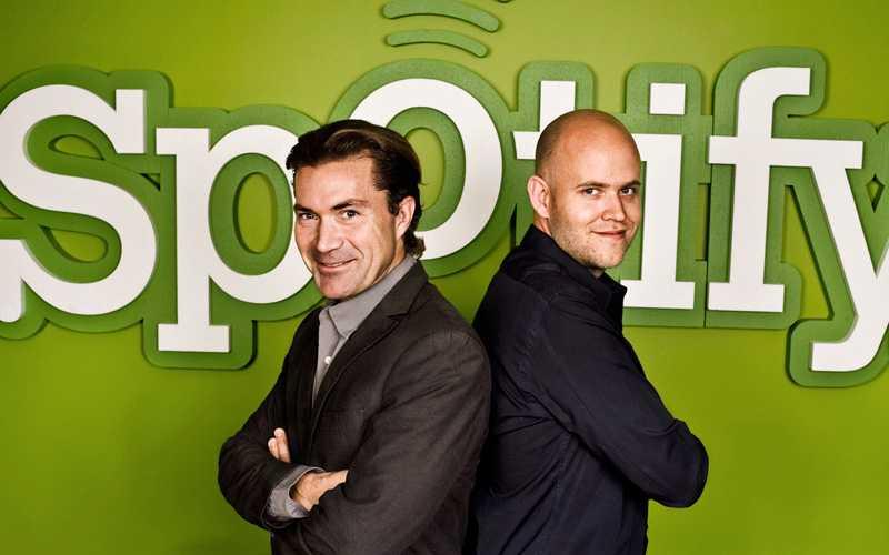 Spotify´s grundare Daniel Ek och Martin Lorentzon framför företagets logga.