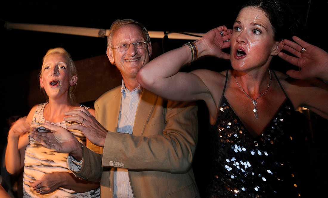Sofia Arkelsten, Carl Bildt och Anna Kinberg Batra dansar I dj-båset under Almedalsveckan 2011.