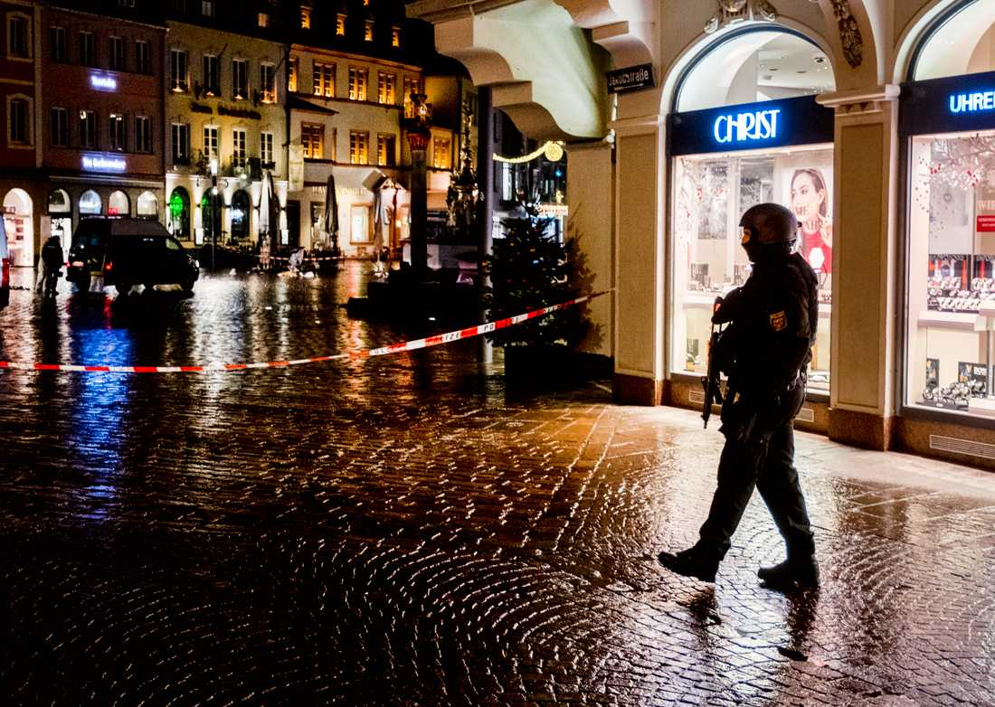 Flera personer dödades då en man körde in med bil på en gågata i Trier i Tyskland.