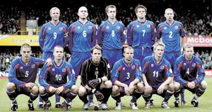 """SKRATTMATCH? Islands landslag har problem. Fyra spelare saknas på grund av skada (Petur Marteinsson, Kari Arnason, Helgi Valur Danielsson, Veigar Pall Gunnarsson) och en är avstängd (Brynjar Gunnarsson). Lägg till att Island i normala fall inte heller är en skräckinjagande motståndare så förstår vi att Sveriges förbundskapten Lasse Lagerbäck ser positivt på kvällens match. """"På papperet har vi ett bättre lag"""", säger Lagerbäck."""
