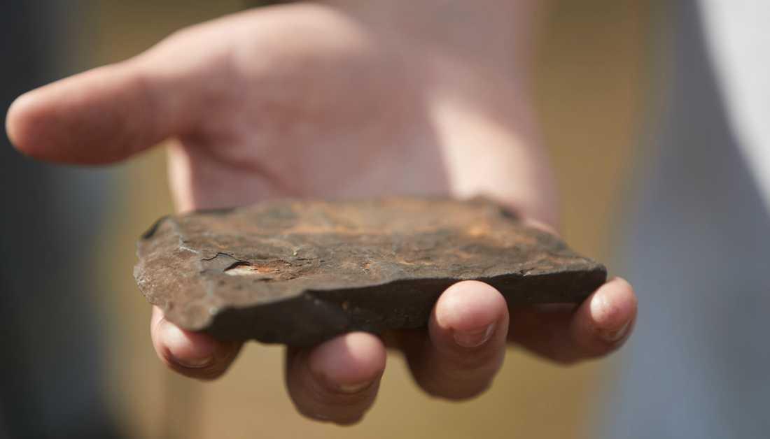 David Minchin, vd för Scandivanadium, visar upp en bit vanadin som ska brytas i den tänkta gruvan utanför Hörby. Arkivbild från förra sommaren.