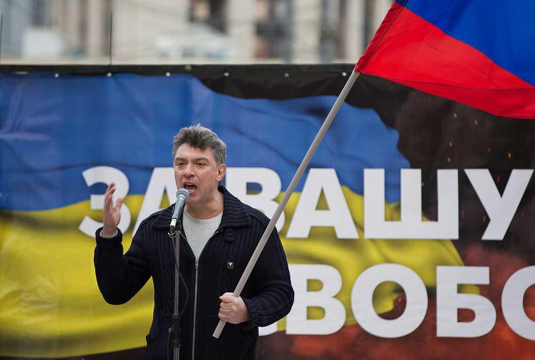 Boris Newmtsov under en demonstration mot Putins Ukrainapolitik.