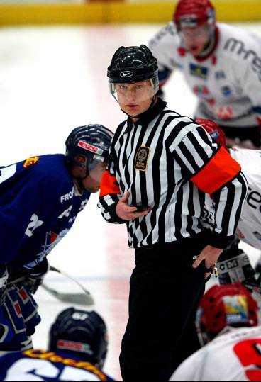 Ulf Rådbjer vid första nedsläpp mellan Linköping och Modo. Modo vinner och Rådbjer gör en bra match.