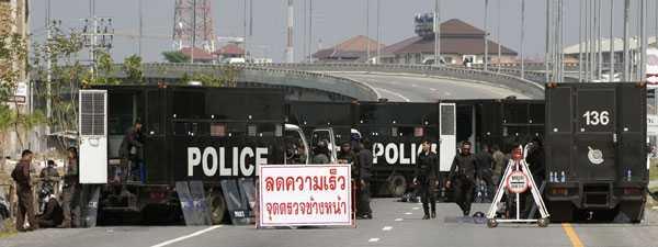 Tusentals poliser har omringat Bangkoks internationella flygplats.