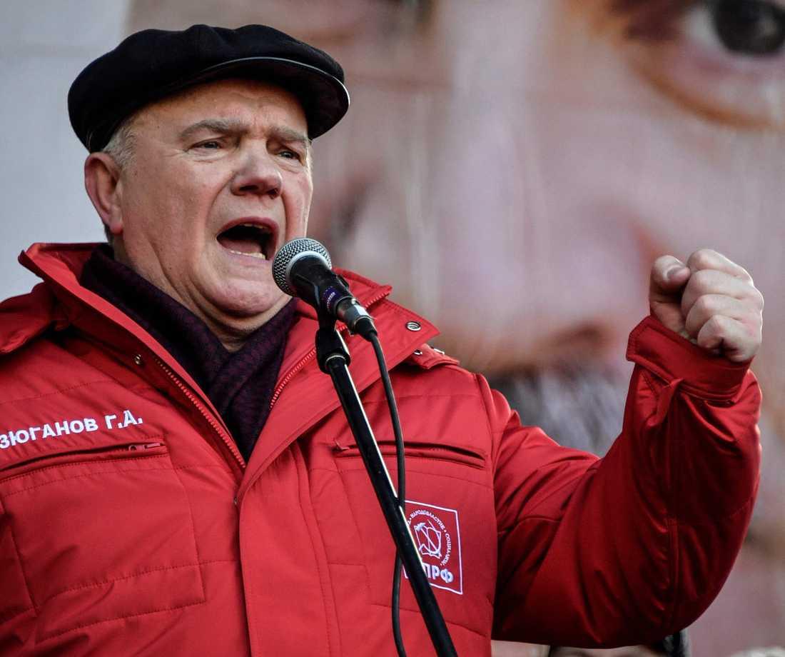 Kommunistpartiets mångåriga ordförande Gennadij Ziuganov, ständig tvåa i presidentvalen, har till slut förmåtts avgå.