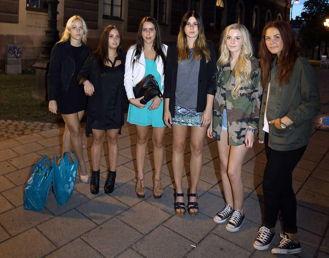 """Skyddar varandra Sofie Jansson, 20, Sandra Hillbom, 16, Ida Jansson, 17, Josefin Zetterström, 16, Maja Lundström, 17, och Therese Skärberg, 16. """"Vi går inte där det är mörkt, och absolut inte själva"""", säger Josefin Zetterström, 16."""