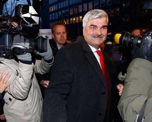 """""""Har sovit gott"""" Håkan Juholt anlände till S högkvarter strax före klockan nio i morse. I dag fortsätter VU-mötet."""