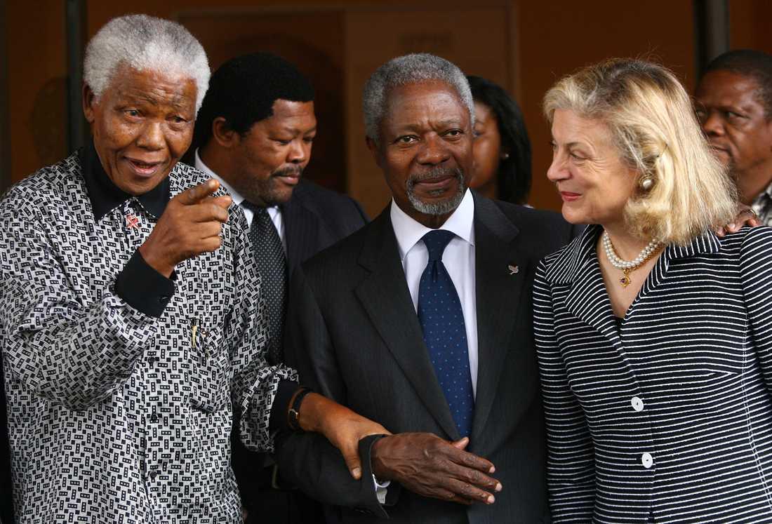 2006: Nelson Mandela, tidigare president för Sydafrika (t.v.) pekar mot journalister när han leder Kofi Annan och hans fru Nane Annan till ett möte på Mandela Foundation i Johannesburg.