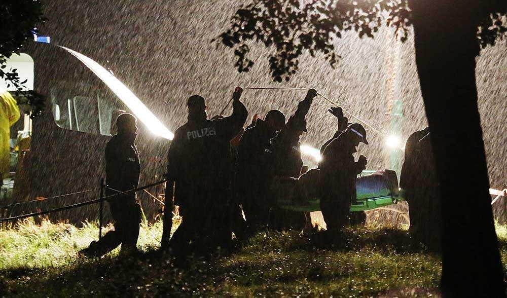 Kroppen av 17-åriga Anneli-Marie förs bort av polis utanför Dresden.