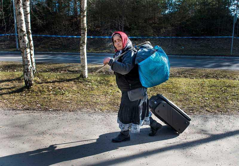 En romsk kvinna blir avhyst från ett läger utanför Stockholm i mars i år.