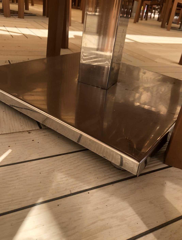 Det var under bordets fot som han skar upp sin tå.