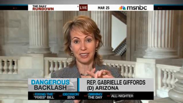 """Visar """"siktet"""" I en intervju med MSNBC pratar Gabrielle Giffords om Sarah Palins dödslista och visar hur ett gävärssikte ligger över hennes stat. """"Det kan få konsekvenser"""" sa hon då."""