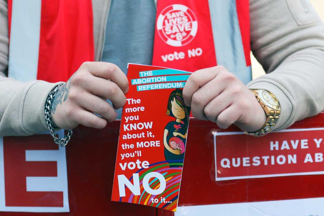 En person som ville behålla abortförbudet kampanjade på Dublins gator inför folkomröstningen förra året. Arkivbild.