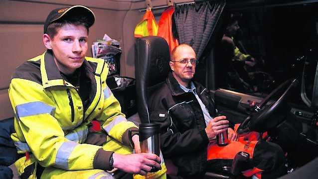 Conny Knutsson och John Appelqvist satt fast i sin lastbil nära Mullsjö.