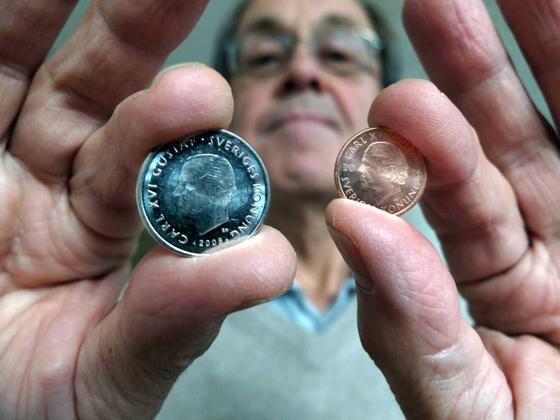 Leif Jacobsson, projektledare, Riksbanken, visar upp gamla enkronan vid sidan av den nya.