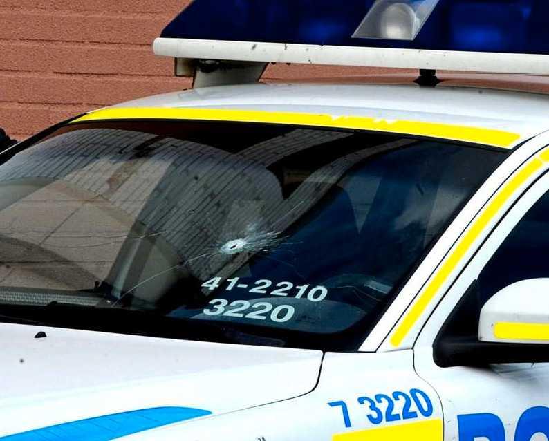 Skotthål i en polisbil.